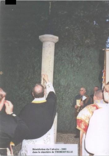 2002 Calvaire cimetière Thiberville restauré.jpg