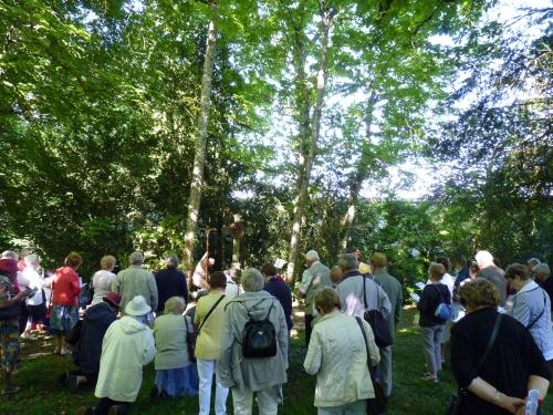 chemin de croix dans le parc.jpg